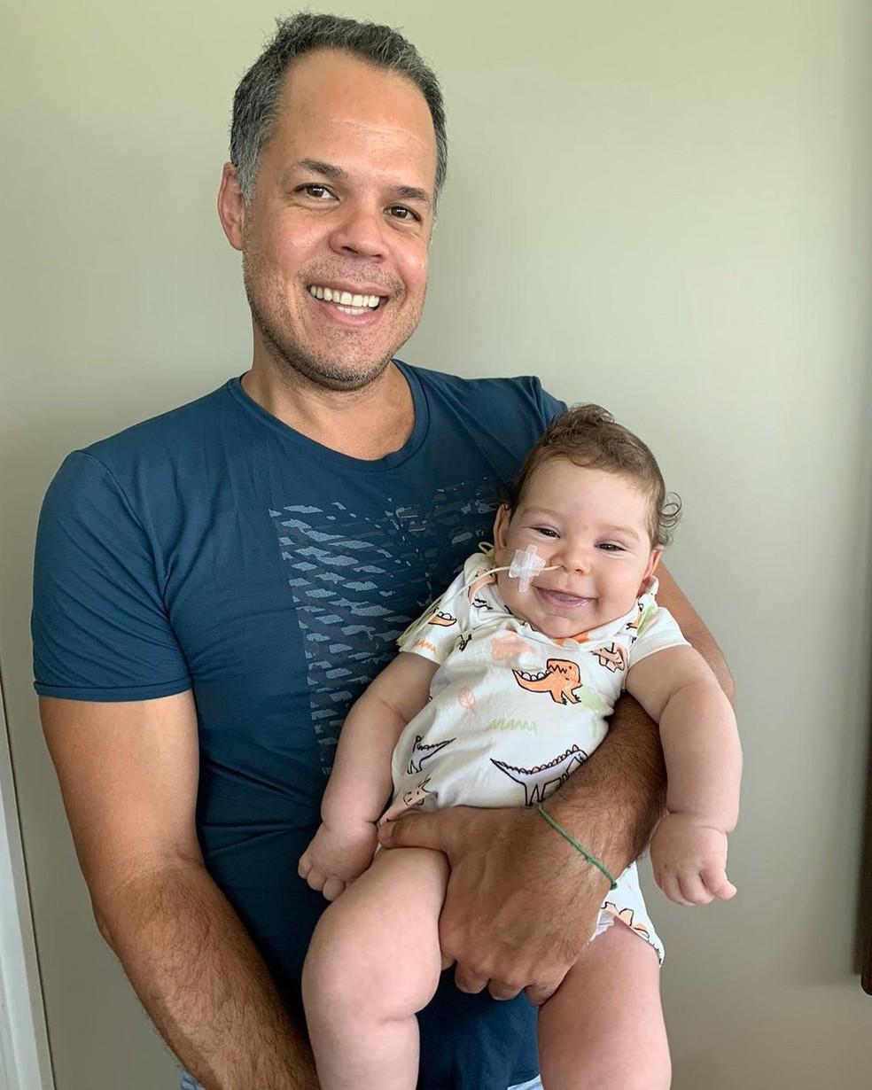 Benjamin, de 4 meses, e o pai, o administrador Túlio Guimarães — Foto: Reprodução/Instagram