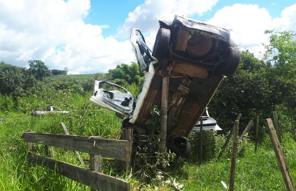 Veículo capotou várias vezes e ficou preso em uma cerca de madeira em Lutécia  — Foto: Manoel Moreno / I7 Notícias