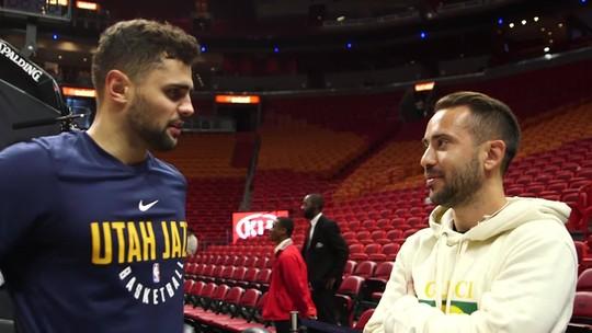 Éverton Ribeiro acompanha jogo da NBA e troca camisas com o brasileiro Raulzinho