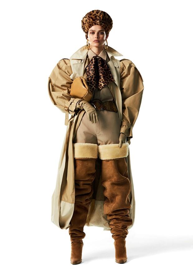 Trench coat, camisa, calça e bolsa, tudo Céline. Lenço, R$ 45, B.Luxo; cinto, R$ 840, Lilly Sarti; chapéu, Eric Javits.  (Foto: Mariana Maltoni)