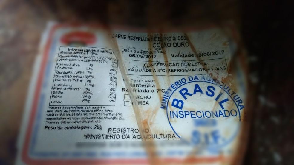 Foram apreendidas carnes com datas de vencimento em maio, junho e julho (Foto: Prefeitura de Joinville/Divulgação)