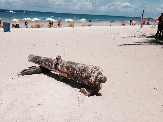 Artefato foi encontrado durante partida de futevôlei na praia. (Foto: Roberta Cólen/G1)