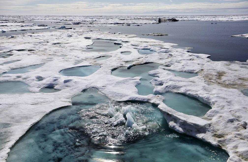 Gelo está derretendo no Mar de Chukchi, na costa do Alasca. Imagem feita pela embarcação enquanto atravessava o noroeste de Ártico, neste domingo (16) (Foto: David Goldman/AP Photo)
