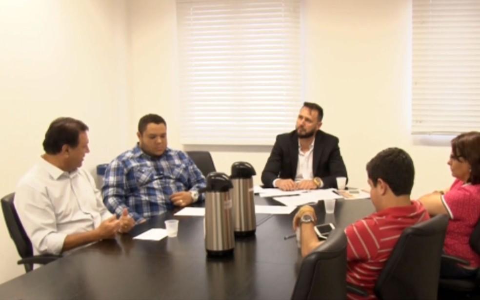 De branco à esquerda, Valmir Silva durante depoimento à Câmara (Foto: Reprodução/EPTV)