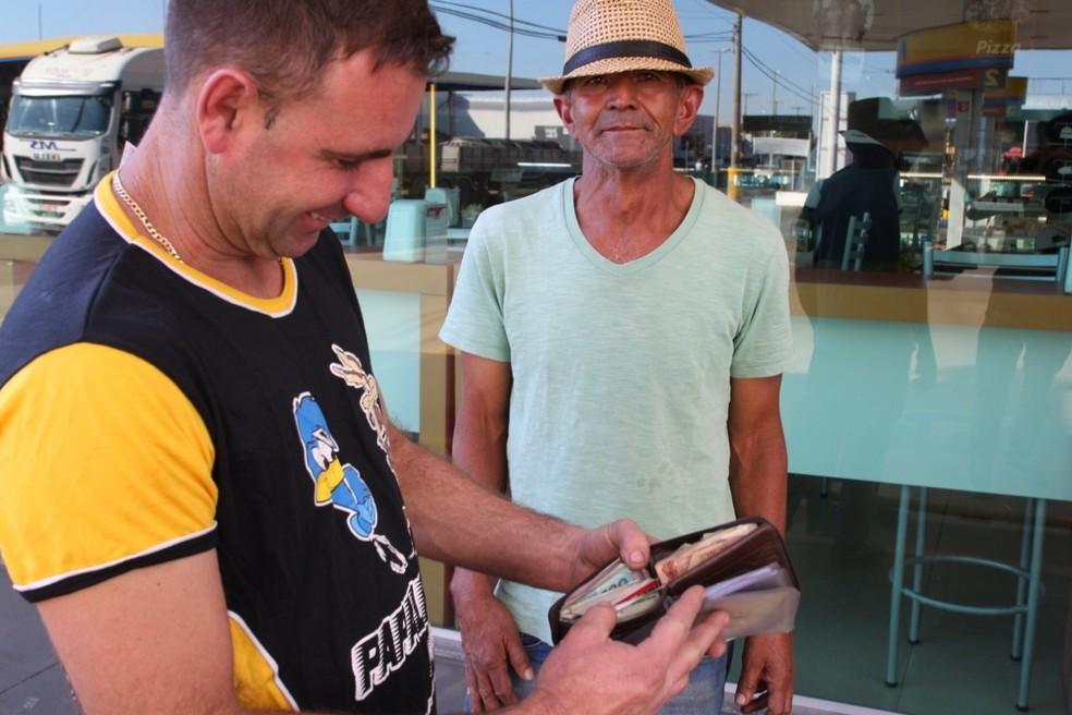 Guilherme com a carteira que Mauro encontrou perdida no posto em Marília — Foto: Brunno Alexandre/Marília Notícia