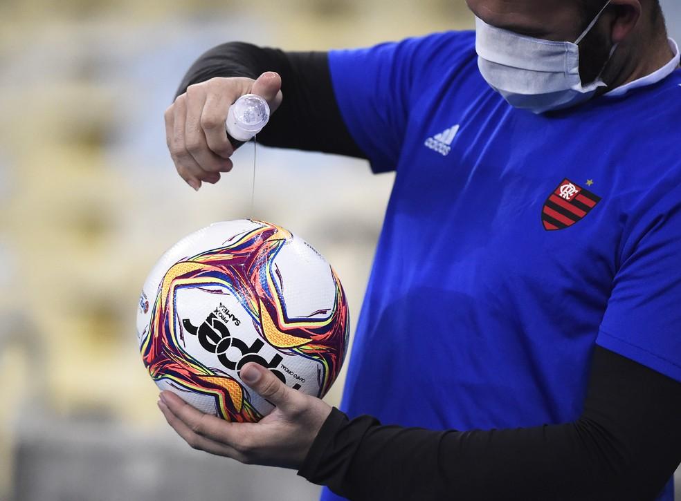 Gandula passa álcool em gel na bola em Bangu x Flamengo — Foto: André Durão