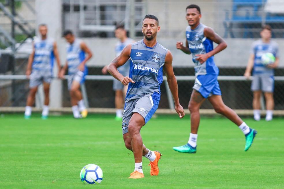 Michel briga com Jailson e Cícero por uma vaga, mas ainda se recupera de lesão (Foto: Lucas Uebel/Grêmio)