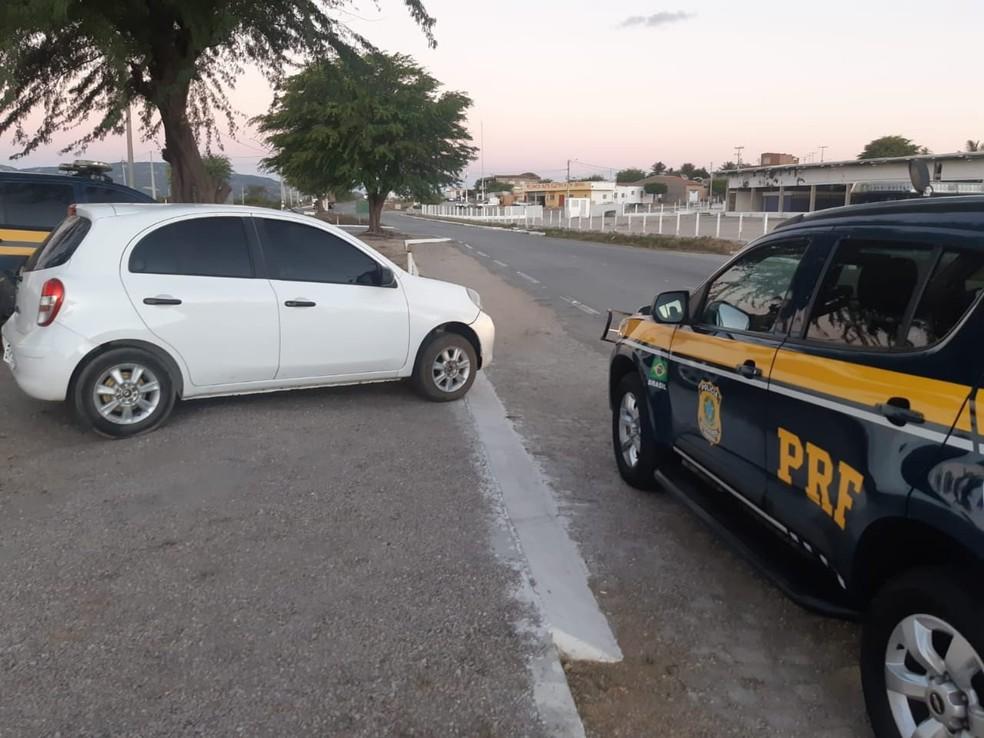 Carro recuperado pela PRF estava com registro de roubo — Foto: Polícia Rodoviária Federal/Divulgação