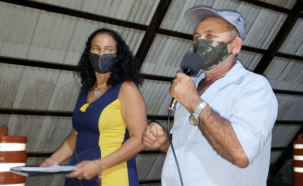 A conselheira distrital Verônica Modesto e o pescador José Manuel da Silva comandaram a reunião na ilha — Foto: Ana Clara Marinho/TV Globo