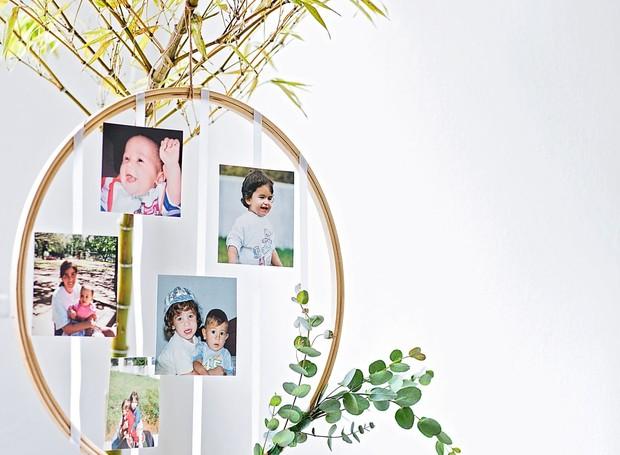 Círculo de madeira utilizado como porta-fotos (Foto: Elisa Correa / Editora Globo)