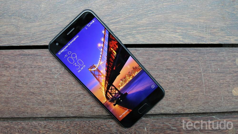 97053d1a381 Zenfone 4 tem basicamente a mesma tela do iPhone 7 Plus: painel LCD IPS de  5,5 polegadas e resolução Full HD (Foto: Thássius Veloso/TechTudo)