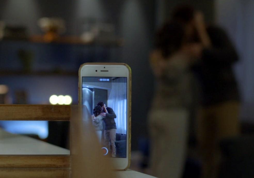 Celular de Betina grava o momento quente (Foto: Globo)