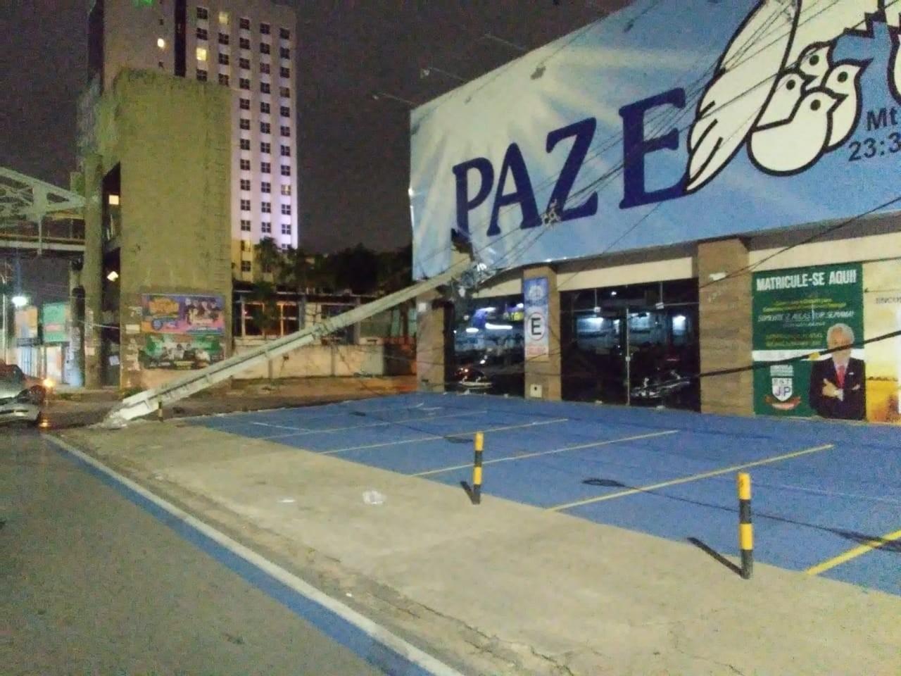 Mulher perde controle de carro, bate e derruba poste em fachada de igreja em Natal - Notícias - Plantão Diário