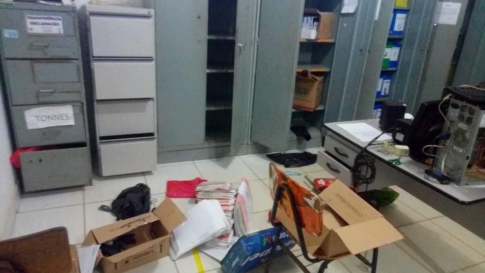 Escola ficou revirada após ações dos criminosos — Foto: Giro de Notícias