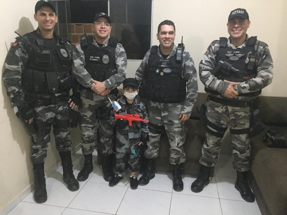 A amizade entre a criança e os quatro policiais começou desde que o menino tinha seis meses de vida, na PB — Foto: Rosania Dantas/Arquivo Pessoal