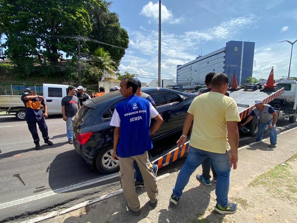 Um dos carros chegou a ser colocado em cima do caminhão, porém o dono foi localizado e conseguiu reverter a situação com os agentes de trânsito. — Foto: Carolina Diniz/G1 AM