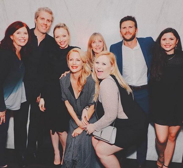 Os oito filhos do ator Clint Eastwood, incluindo Laurie, a primogênita colocada para adoção (no centro da imagem) (Foto: Instagram)