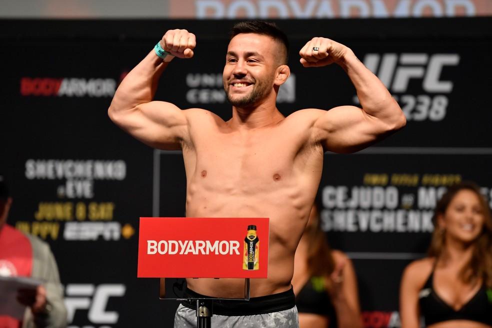 Pedro Munhoz na pesagem de sua última luta: brasileiro é o quinto colocado do ranking dos pesos-galos — Foto: Jeff Bottari/Getty Images