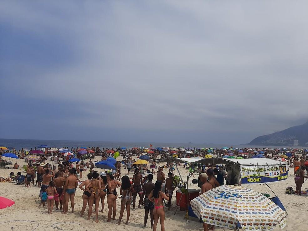 Fila para usar o chuveirinho na Praia de Ipanema — Foto: Arquivo pessoal