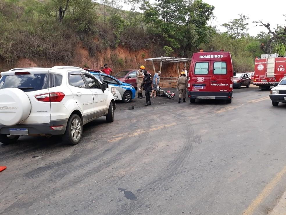 Acidente envolvendo carro e moto deixou um jovem ferido, na RJ-145 — Foto: Reprodução/Sandro Barra