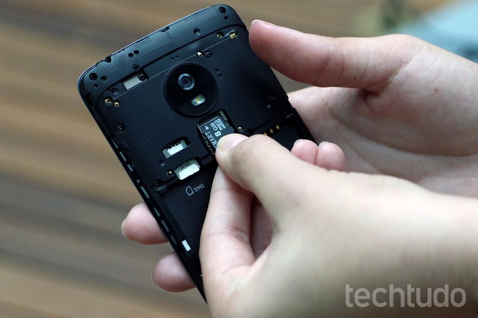 Celulares Android geralmente têm espaço para cartão de memória (Foto: Anna Kellen Bull/TechTudo)