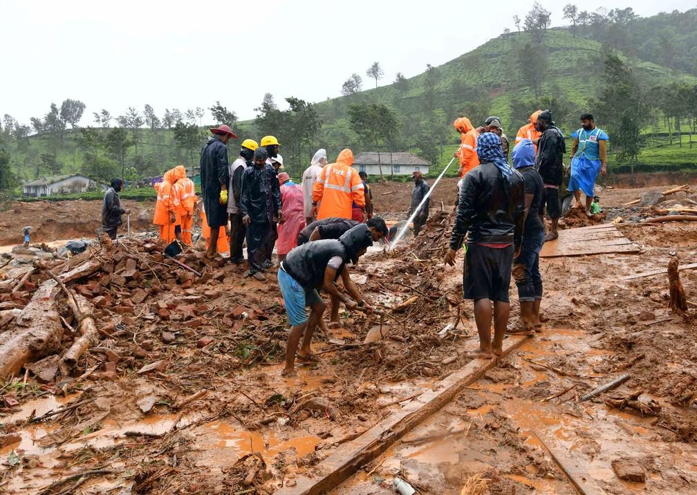 Enchente deixou centenas de pessoas desabrigadas na Índia — Foto: Reuters