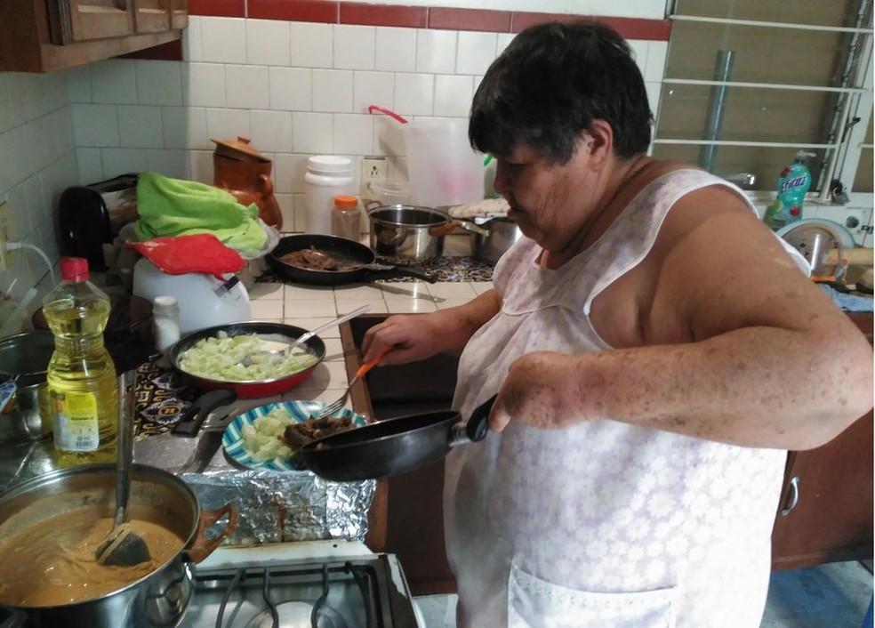 A mãe de Juan Pedro Franco parou de trabalhar fora para se dedicar ao filho em tempo integral (Foto: BBC)