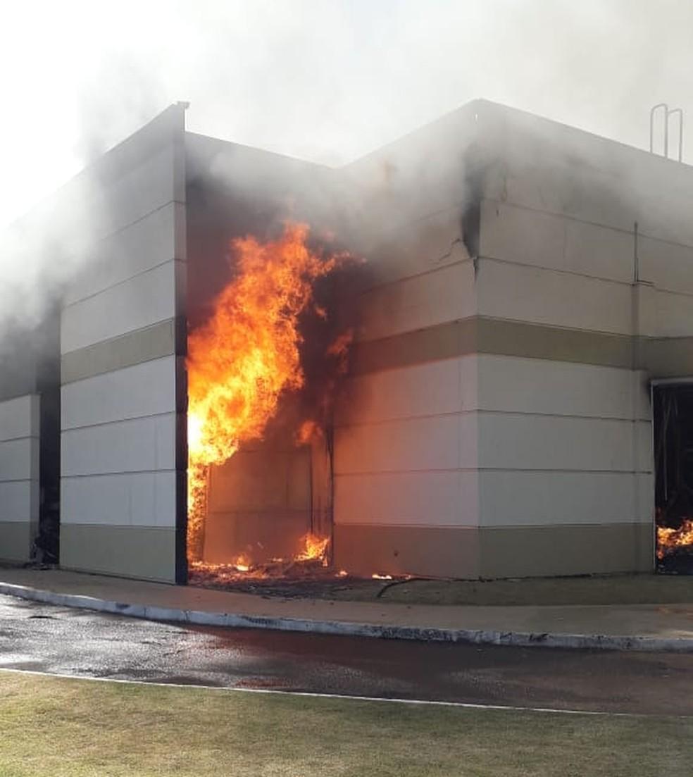 Shopping atacadista pegou fogo em Maringá — Foto: Corpo de Bombeiros/Divulgação