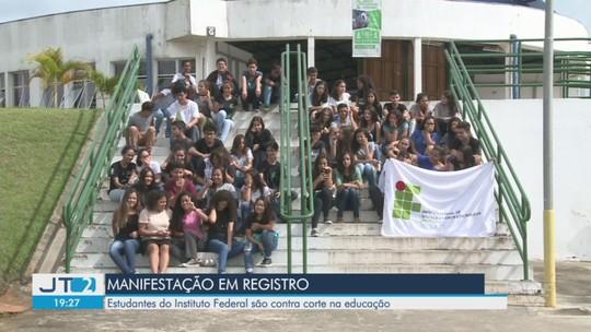 Estudantes do Instituto Federal de Cubatão, SP, protestam contra cortes na Educação