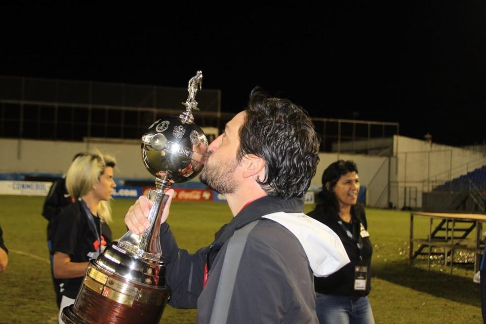 Técnico Arthur Elias beija a taça (Foto: Corinthians)