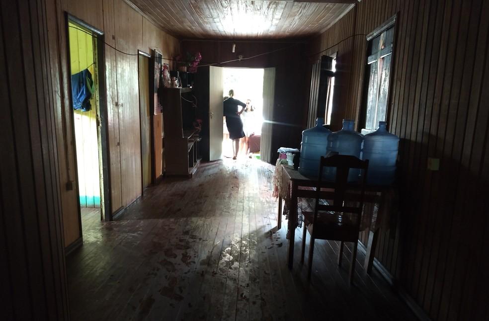 Chão da sala de Eutália cedeu durante a chuva e mulher teme que casa desabe (Foto: Aline Nascimento/G1)