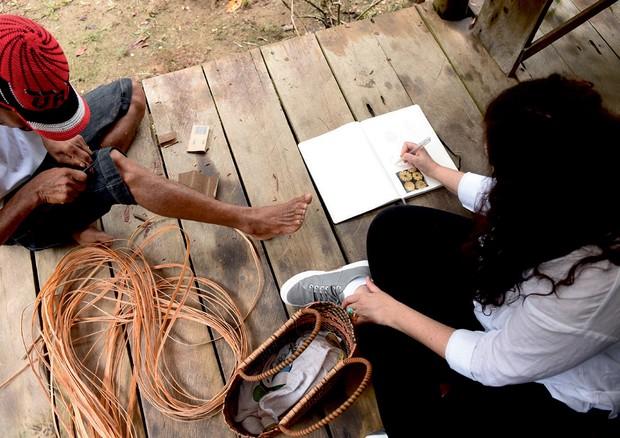 Em clique na ONG Casa do Rio, em Careiro, na Floresta Amazônica, Yael trabalha na coleção (Foto: Mariana Marão)