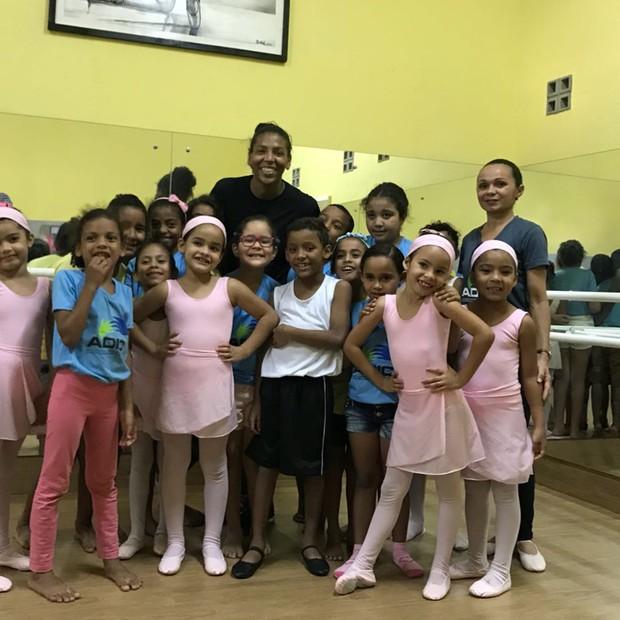 Rafaela Silva (entre as meninas bailarinas) conheceu a Associação para o Desenvolvimento de Iniciativas de Cidadania (Adic), em Natal (RN) (Foto: Globo/Divulgação)