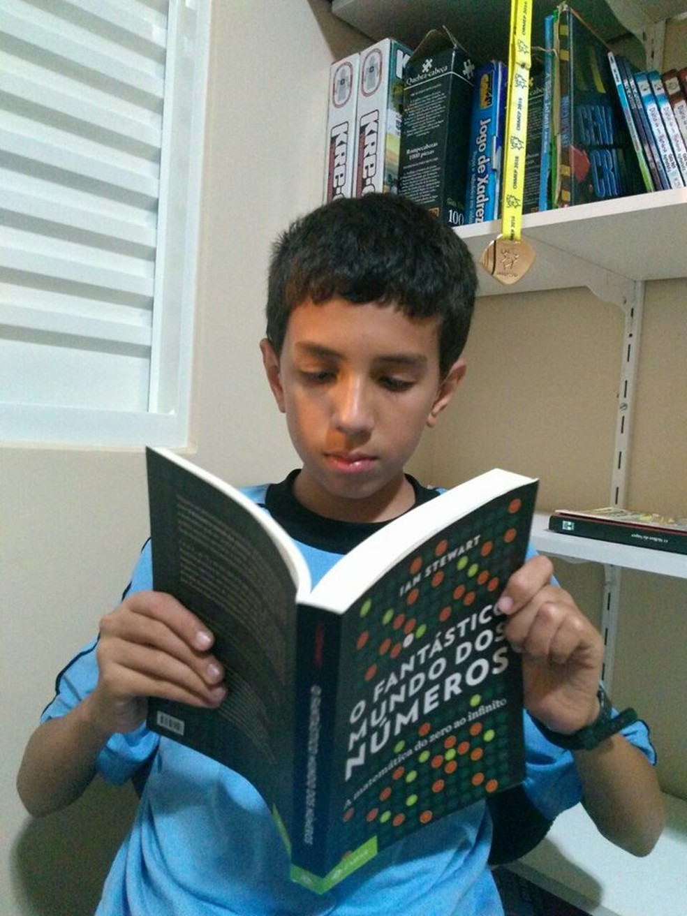 Garoto que sonha em ser cientista diz que aulas de português auxiliaram na olimpíada de matemática (Foto: Fabrícia Queiroz/ Arquivo Pessoal)