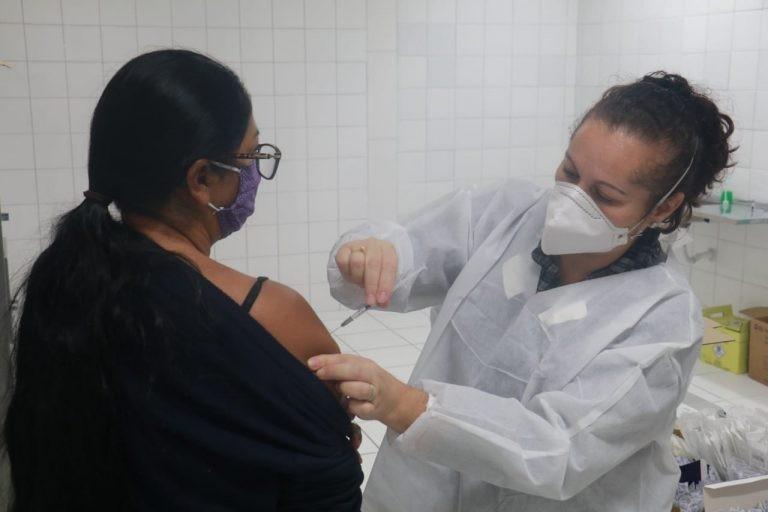 Peruíbe vacina pessoas com 28 anos ou mais a partir desta quinta-feira com agendamento