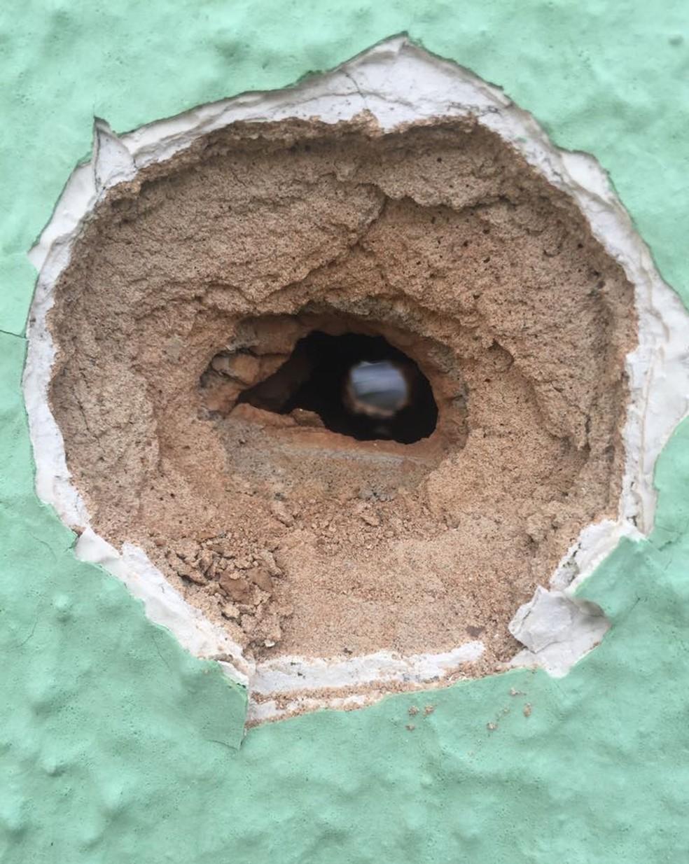 Marca de bala no prédio da Secretaria de Justiça, em Fortaleza. Homens atiraram contra o prédio e morreram em confronto com a polícia. (Foto: Alana Araújo/TVM)