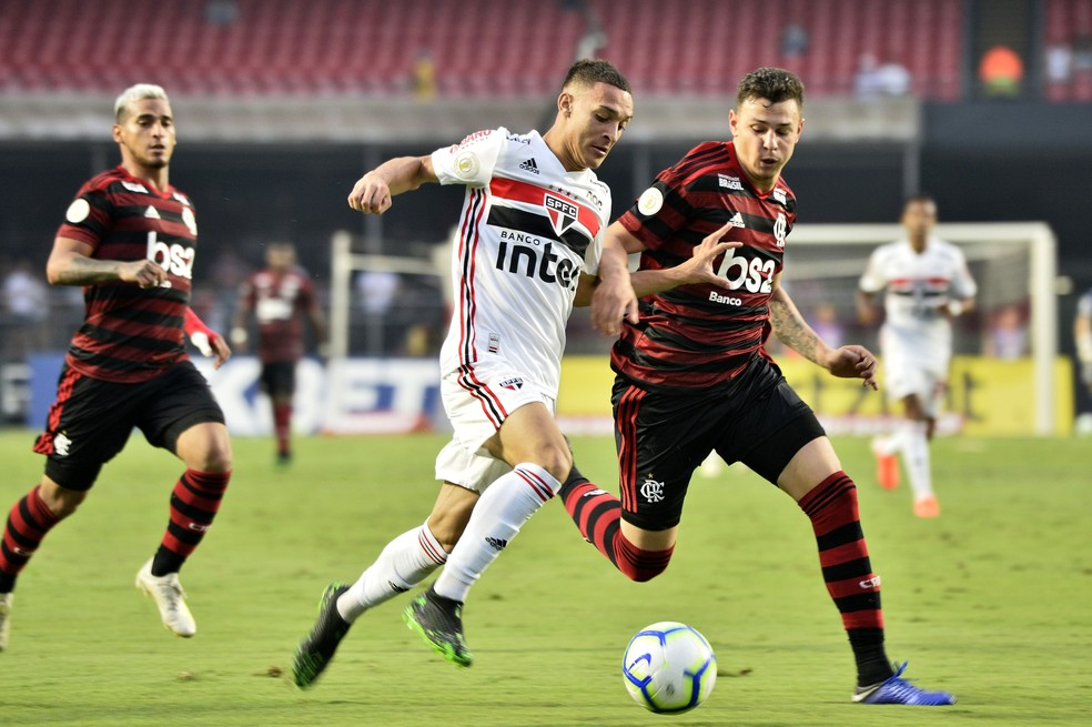 Hugo Moura na marcação sobre Antony — Foto: Marcos Ribolli/GloboEsporte.com