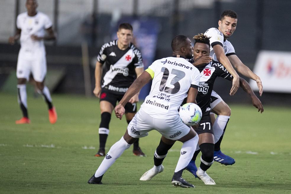 Assim como na foto, Léo Gil esteve fora de foco contra o Ceará e não qualificou a saída de bola do Vasco — Foto: JORGE RODRIGUES/AGIF - AGÊNCIA DE FOTOGRAFIA/ESTADÃO CONTEÚDO