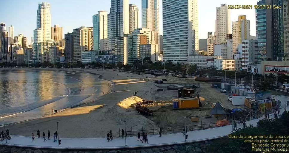 Alargamento da faixa de areia em Balneário Camboriú tem transmissão em tempo real; navegação é proibida na Praia Central