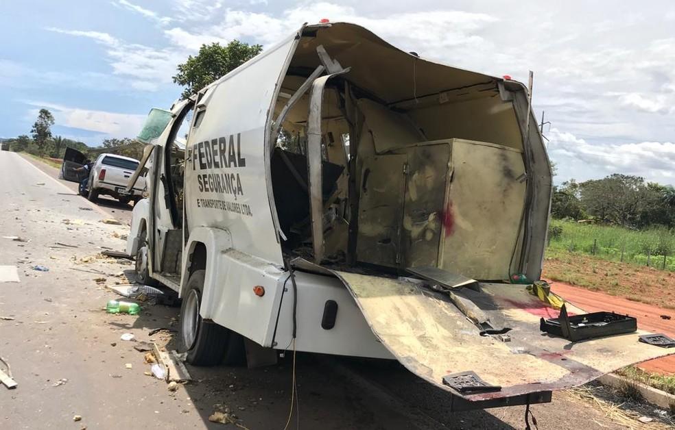 Carro-forte ficou destruído após explosão — Foto: Ilton Dias/TV Anhanguera