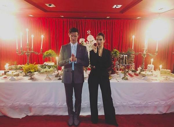O ator Matt Smith com a namorada, a atriz Lily James (Foto: Instagram)