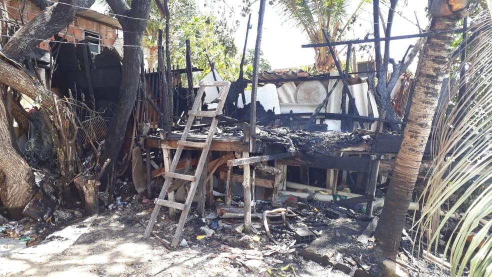Incêndio destruiu barraco na Zona Sul do Recife, nesta quarta (2) — Foto: Renato Ramos/TV Globo