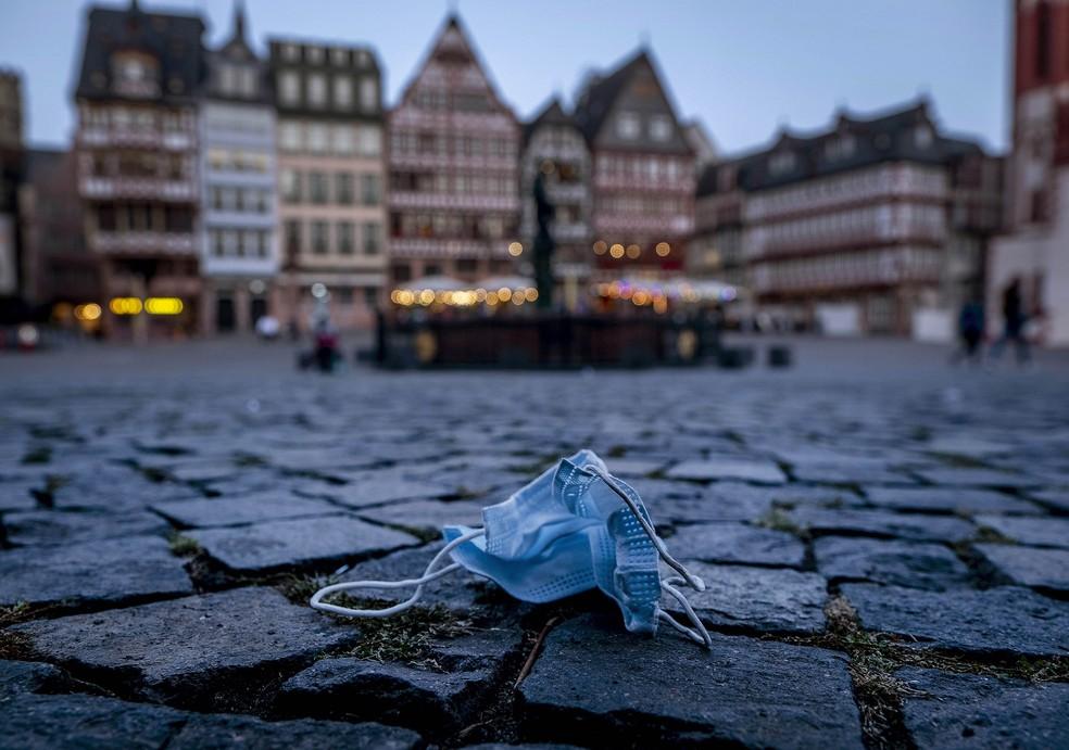 18 de setembro - Máscara facial deixada na praça Roemerberg, em Frankfurt, Alemanha — Foto: Michael Probst/AP
