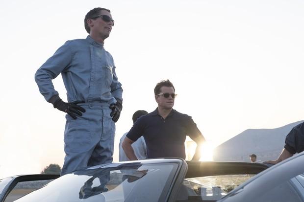 Christian Bale and Matt Damon in Twentieth Century Fox's FORD V. FERRARI. (Foto: Divulgação)