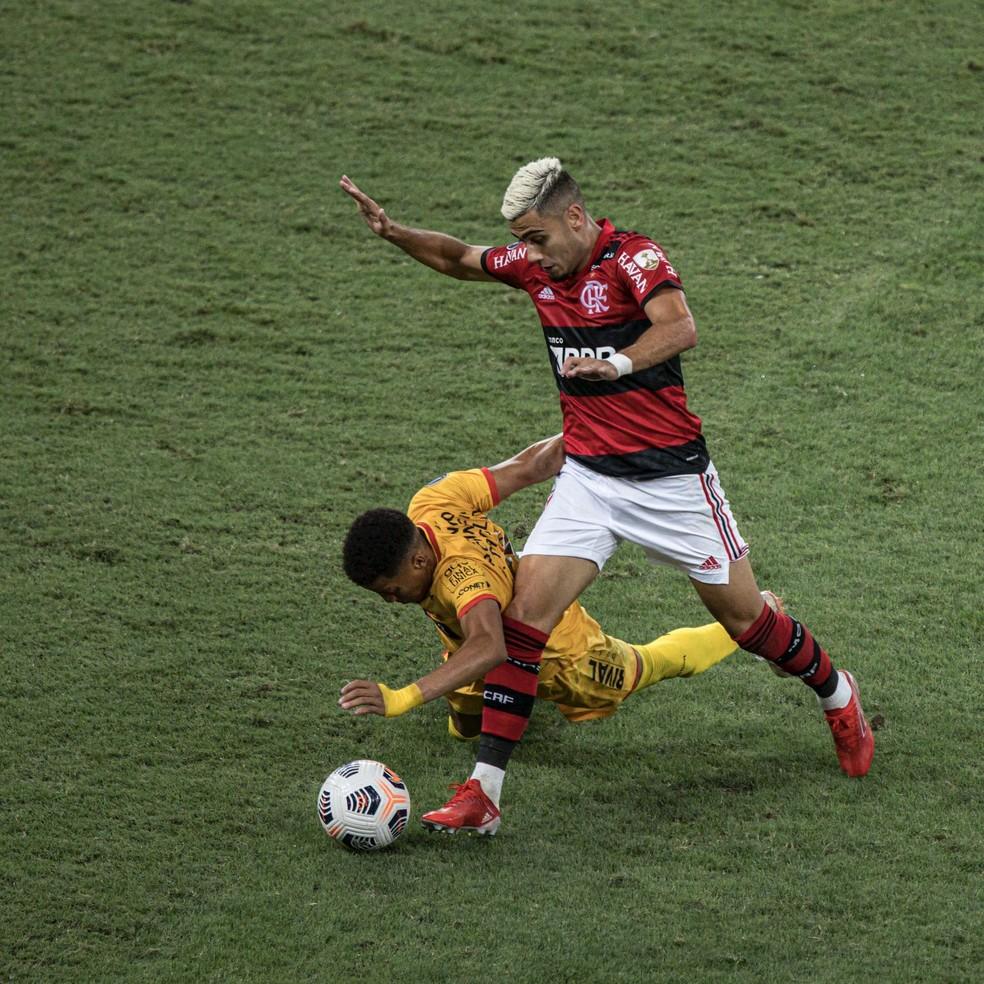 Andreas aperta marcação para fazer desarme em vitória do Flamengo sobre o Barcelona — Foto: André Mourão / Foto FC