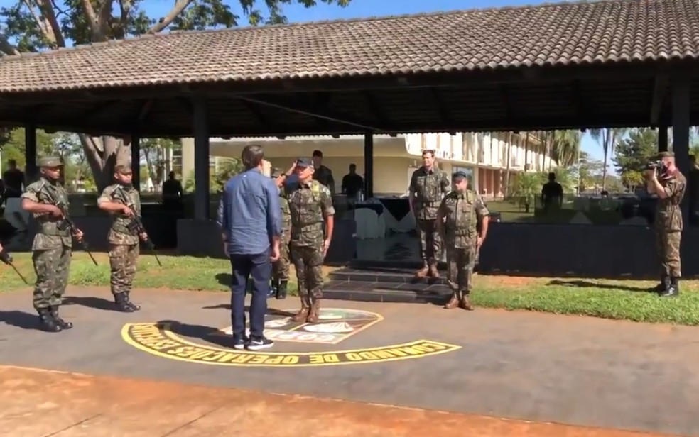Bolsonaro visita Comando de Operações Especiais, em Goiás — Foto: Reprodução/Twitter