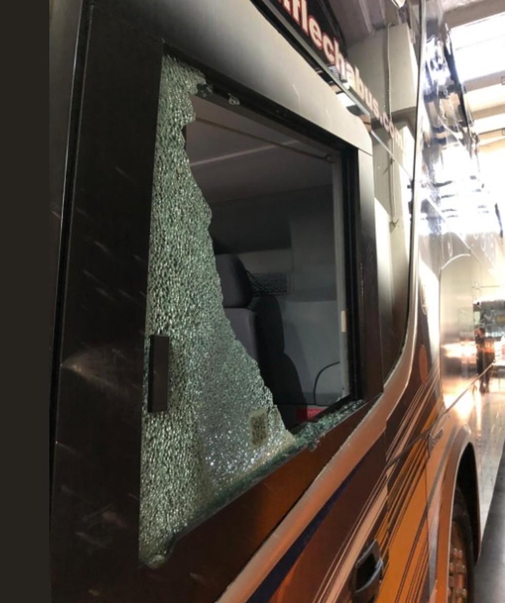 Assim ficou uma das janelas do ônibus do Boca Juniors — Foto: Reprodução