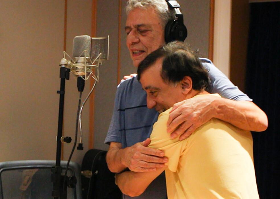 Chico Buarque e Jorge Helder no estúdio na gravação de 'Bolero blues' — Foto: Maria Carolina Rodrigues / Divulgação