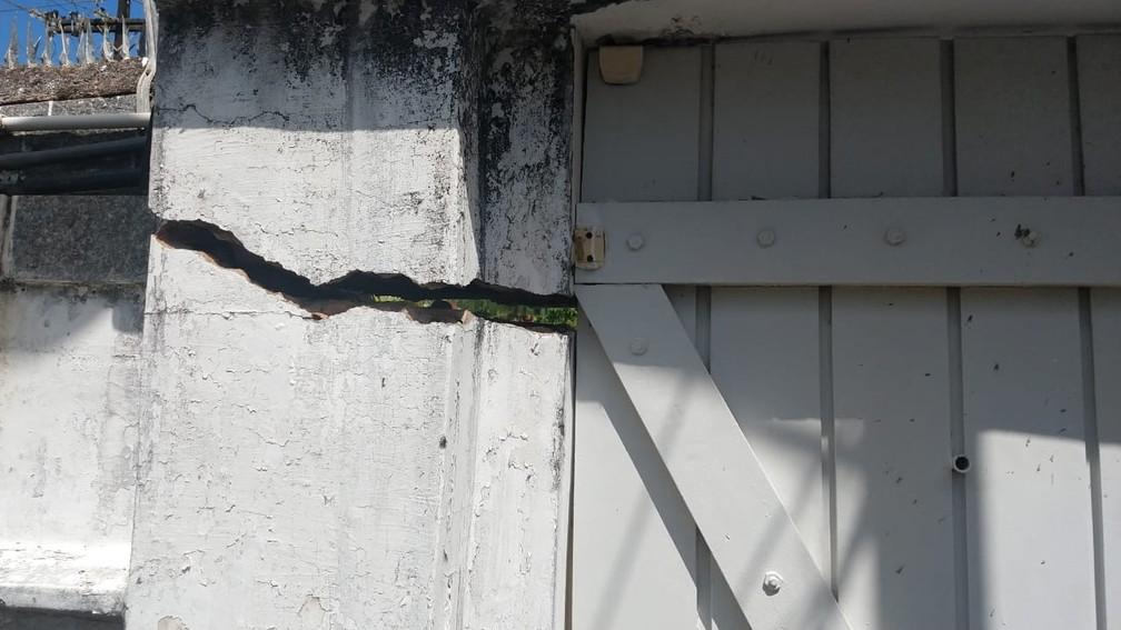 Rachadura no muro de uma casa no bairro do Pinheiro — Foto: Yasmin Pontual/TV Gazeta