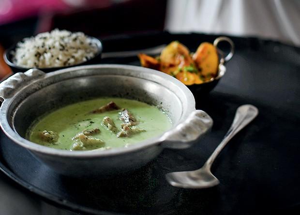 O peixe ao curry verde, servido com manga grelhada, best-seller da casa (Foto: Rogério Voltan)